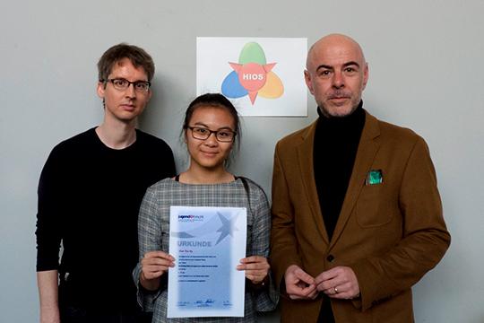 Photo of Hien Thu Vu receiving prize