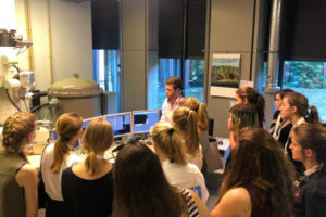 Photo of group of female pupils visiting the TEM lab in CRC 951